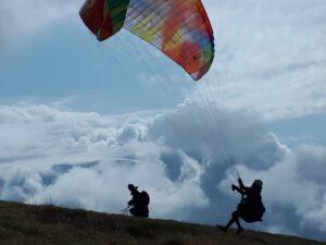 Wolken Flugwetter Start Gleitschirmfliegerin