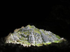 Lichtspiele Karsthöhle Tiroler Alpen Wandern
