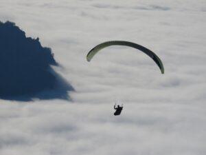Gleitschirmflug über den Wolken